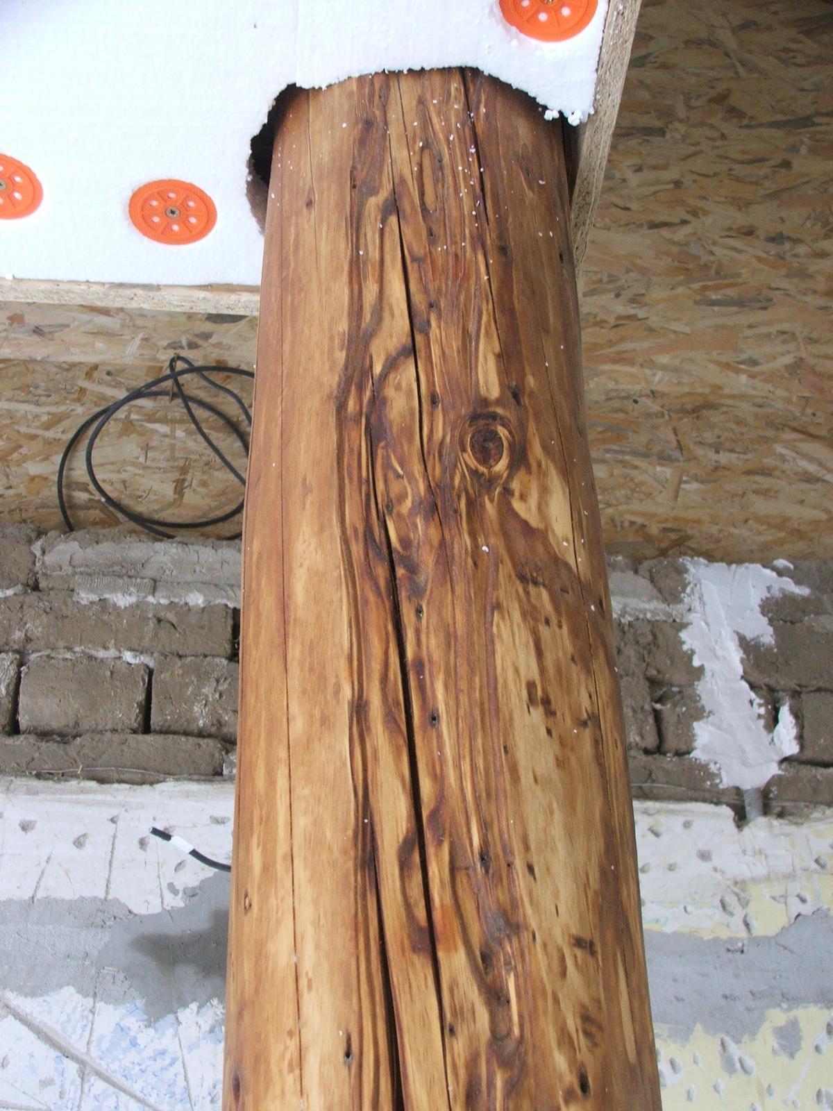 Premeny - Hranol je osadený. Keď dorobíme omietky a podlahy...Ešte ho raz natriem olejom a vyutieram. Zápach z octu v ktorom bola vyluhovaná drátenka po dvoch týždňoch zmizol.