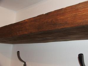 nová polica na chodbe. Vykartáčovaná stará foršňa, ktorá slúžila na šalovanie pri betónovaní.