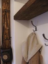 Stĺp bude len ako prídavný vešiak... keď príde návšteva a tak, aby neboli kabáty po stoličkách v dome :)