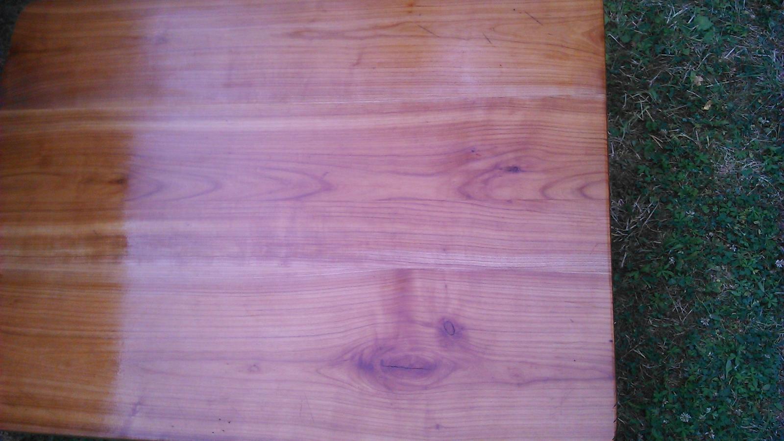 Premeny - čerstvo natretá doska stola na chalupe.