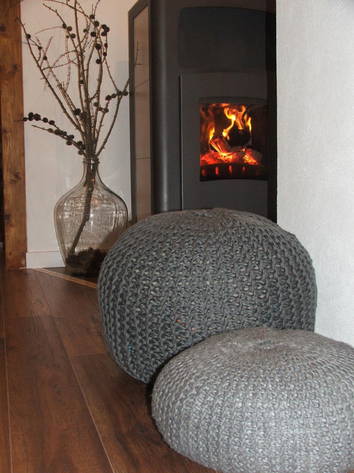 Domov - Už si máme kde sadnúť pri kukaní našej telky :) Na väčší sadnúť a na menší vyložiť nohy.....