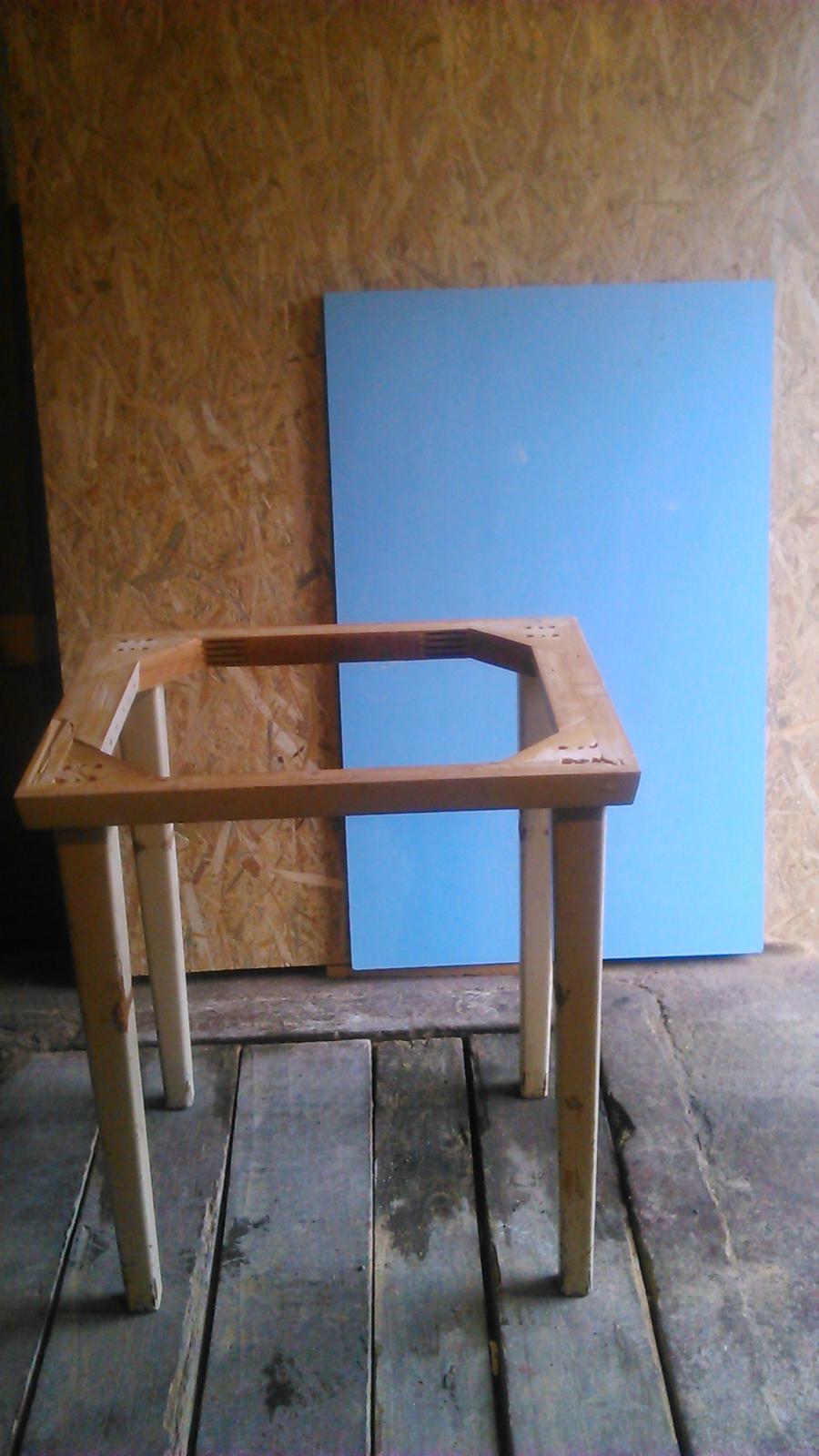 Premeny - Veľký stôl...tá modrá doska bola na vrchu. Muž ho zmenšil...