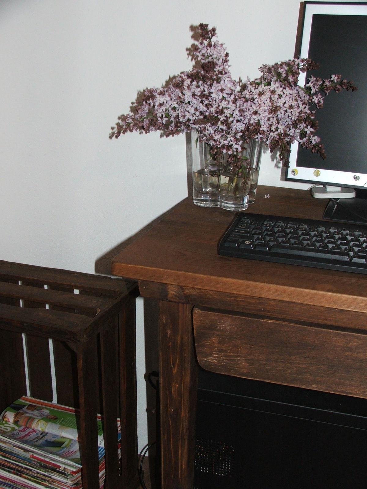 Domov - pomaličky to pribúda....bednička na noviny, zrepasovaný stôl....vedľa stola pôjde moja vytúžená trojmetrová lavica. Už sa na nej pracuje... teším sa :)