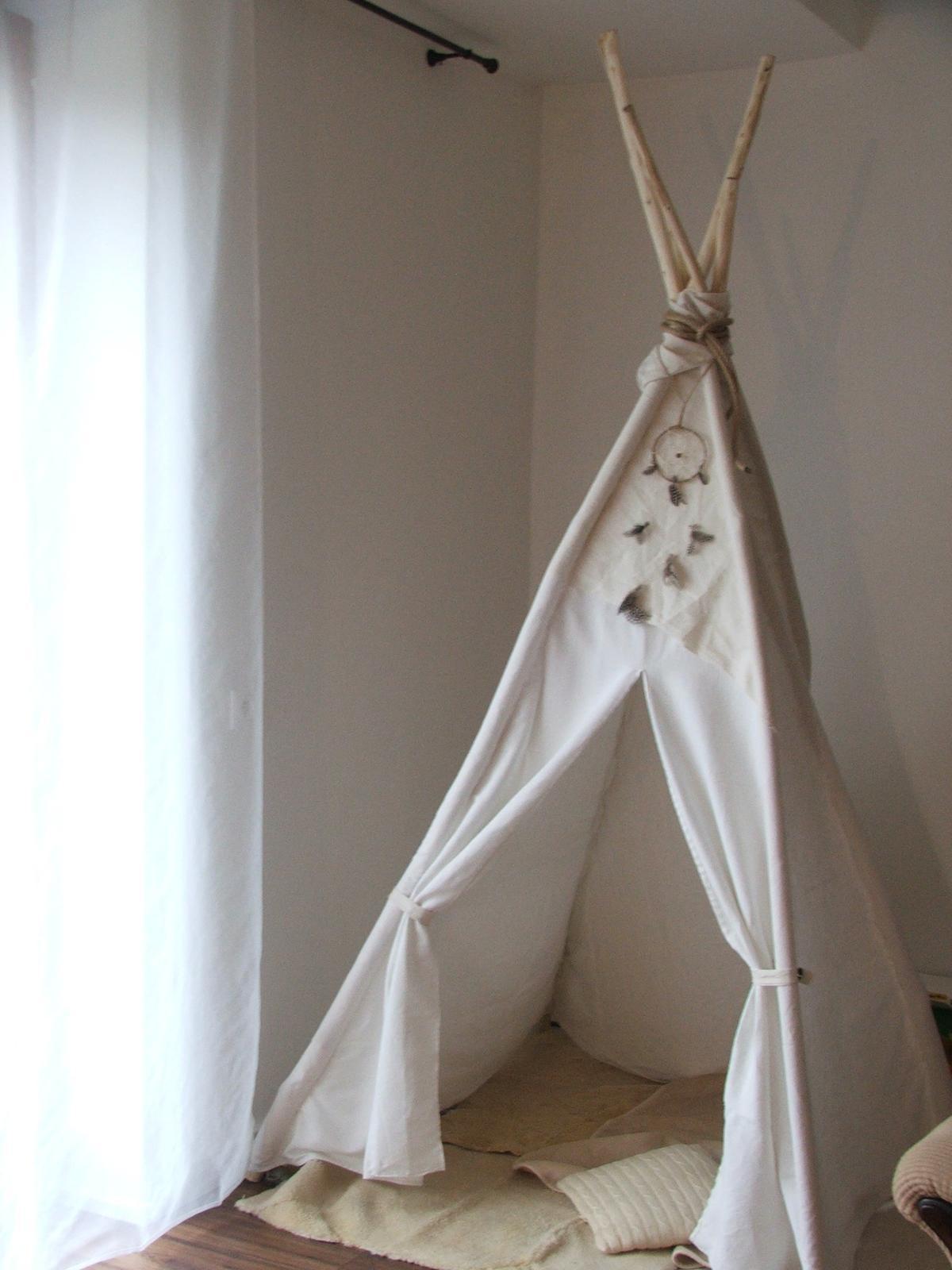 Premeny - staré biele plachty, ošúpané vrbové palice....a máme stan