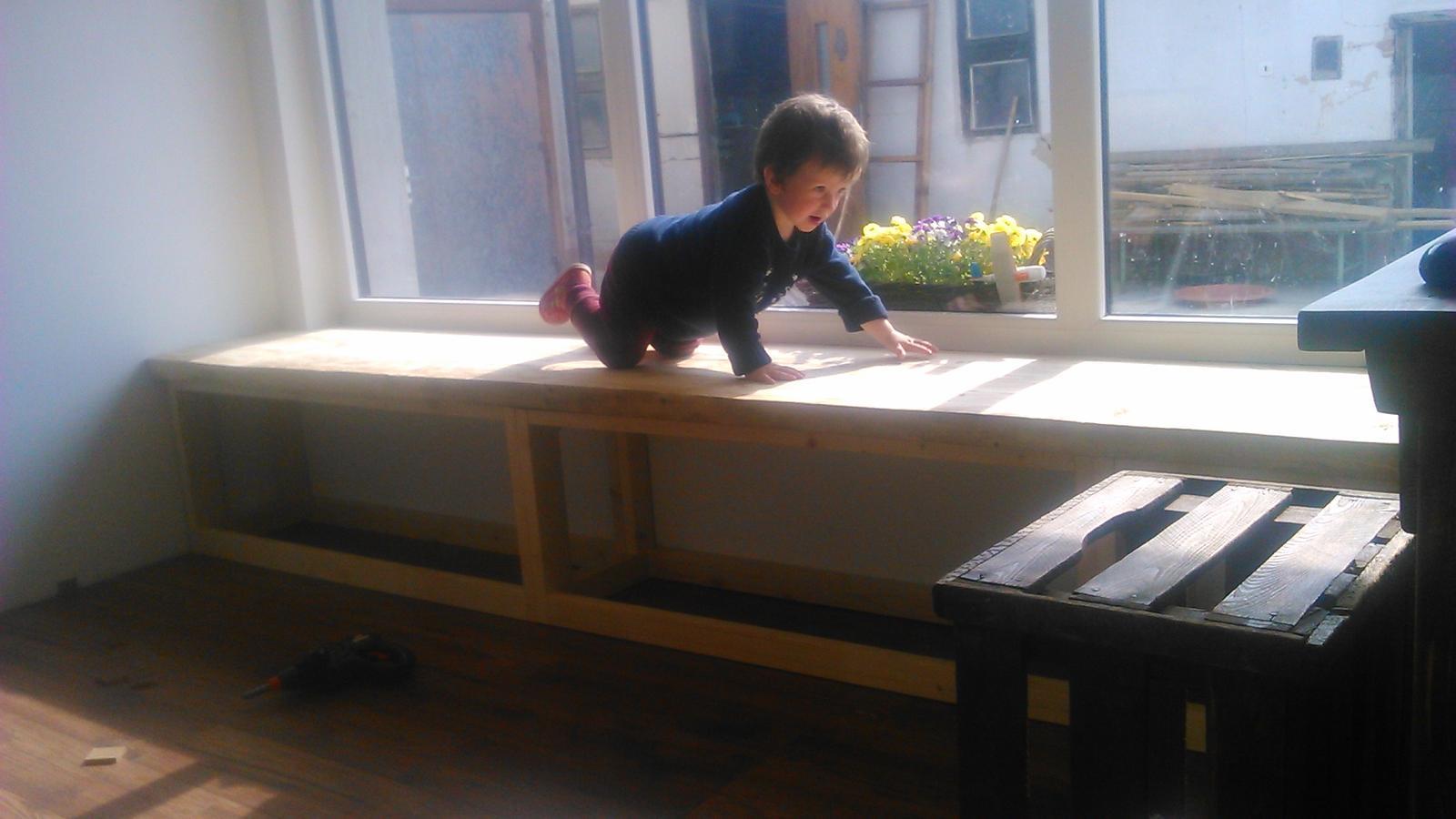 Ako sme vyrábali sedíliu po našom. Z materiálu....čo dom dal :-) - prvý krát dohromady korpus a vrchná doska..... testovanie :)