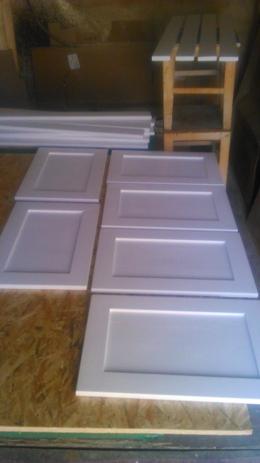 Ako sme vyrábali sedíliu po našom. Z materiálu....čo dom dal :-) - posledný náter.... zajtra sa budú montovať....