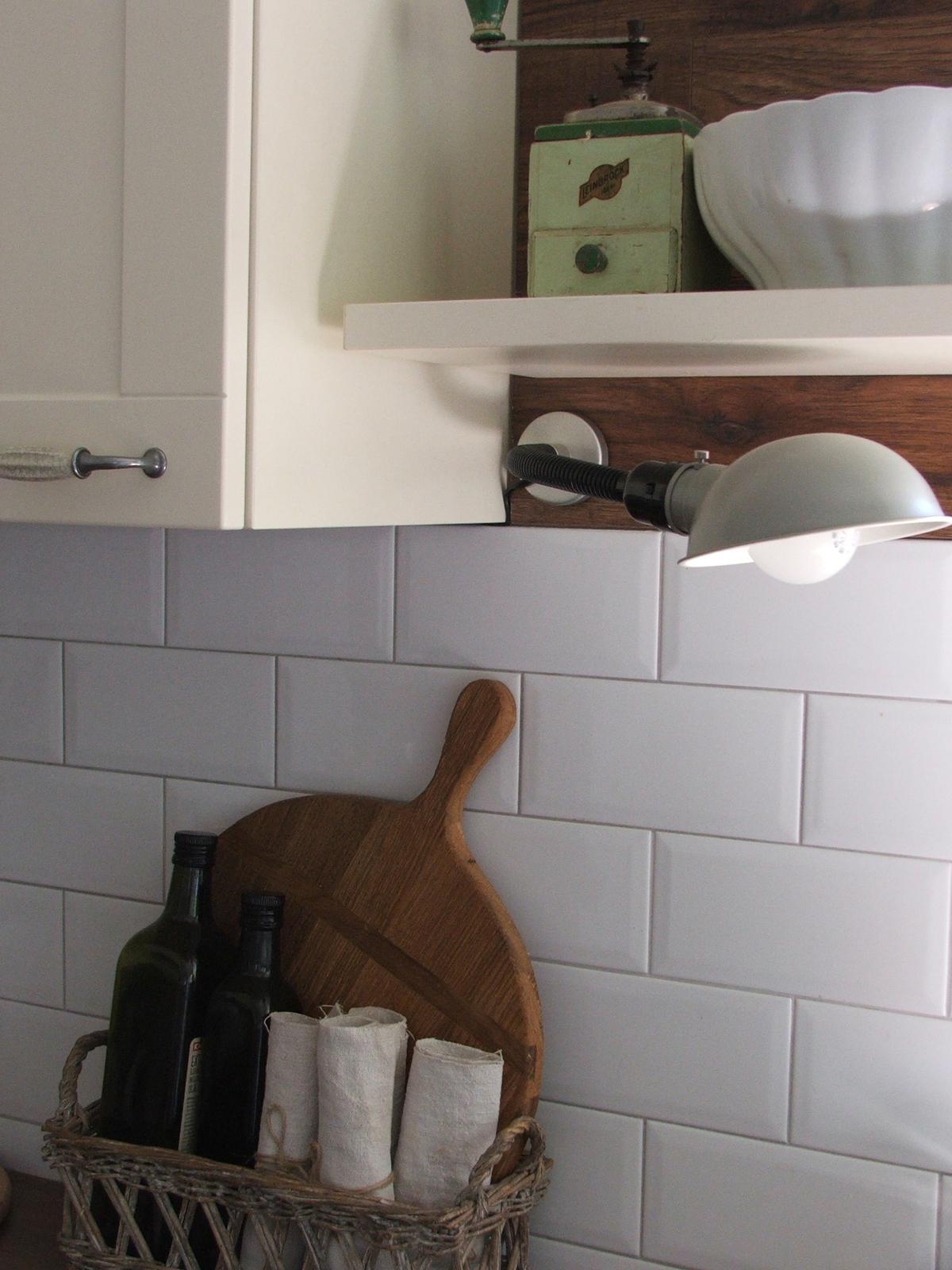 Domov - moja predstava lampy bola úplne iná....čierna,priemyselná lampa s výsuvným ramenom....ale táto tam tiež tuším pasuje ;-)