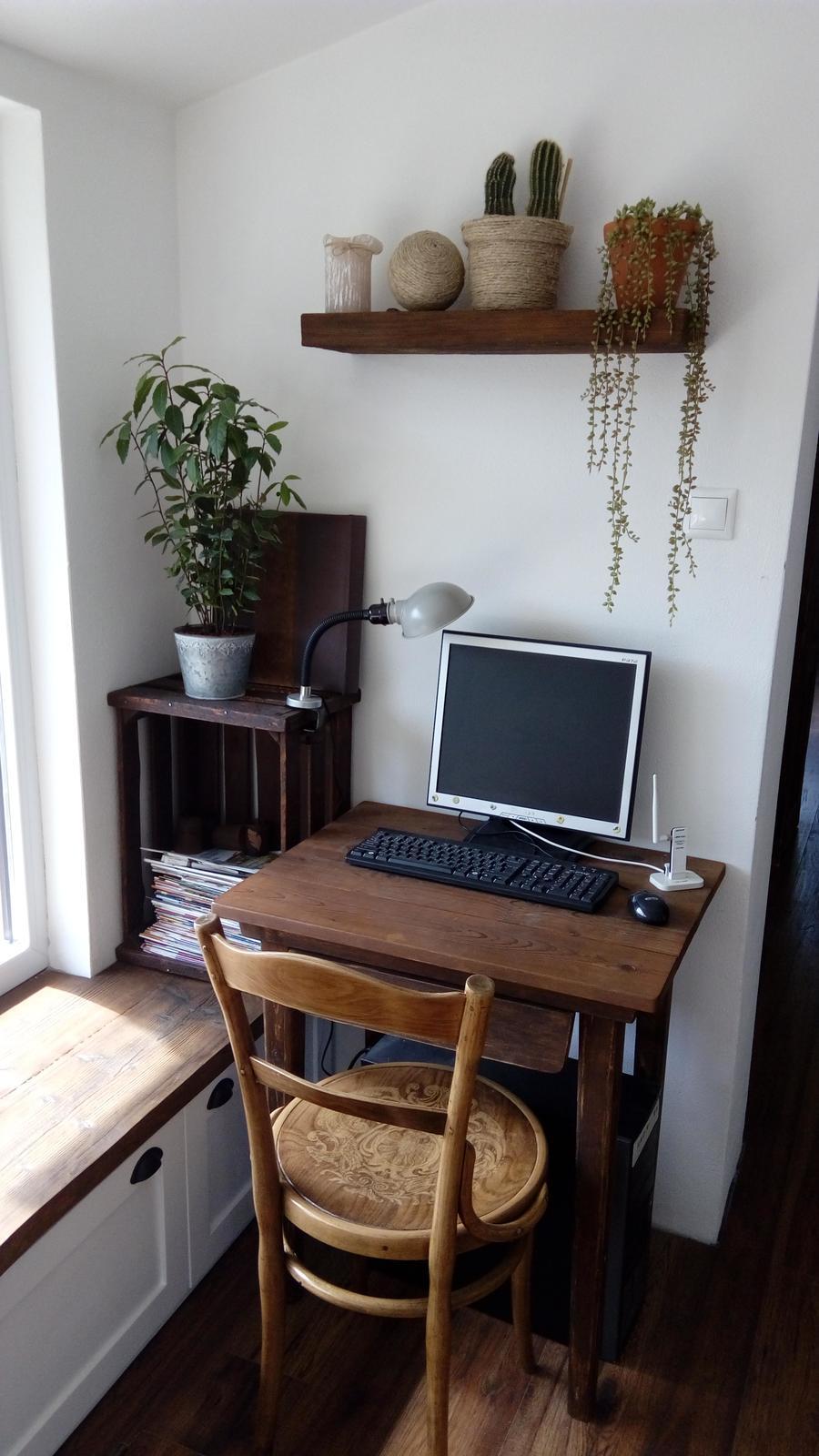 Domov - dostala som stoličku....ževraj 100 ročnú....prebrúsená a prelakovaná, krásne vystúpila kresba nanej