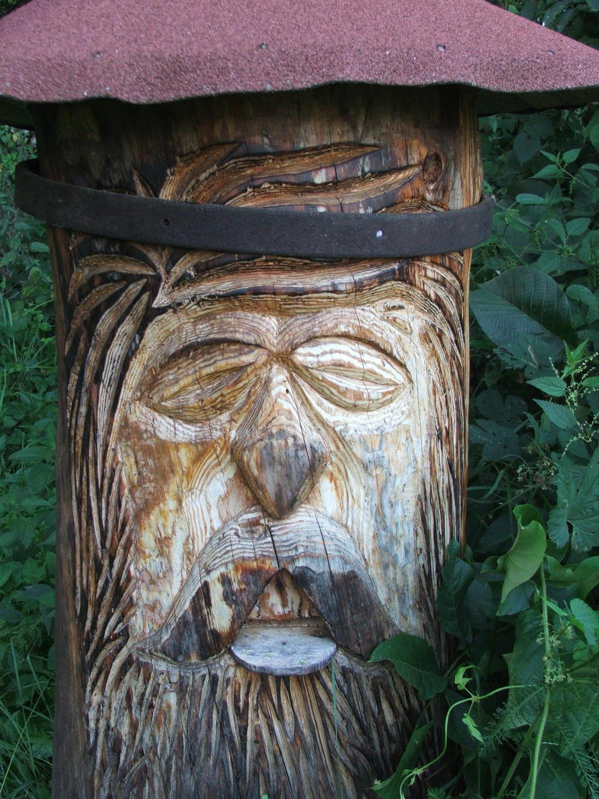 Tam kde si chodíme vyčistiť hlavu :) - Muž vyrezával pred pár rokmi úľ...troška mu spadla jedna obruč....ale roky sa podpísali na dreve...to sa mi páči...taká patina