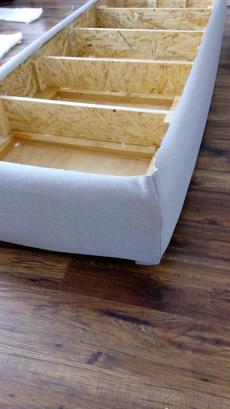 Leňoška, taburetka....alebo ako si to kto nazve ;) - navlečený diel na OSB doske a rúne....teraz ho treba spinkovačkou popricvakávať