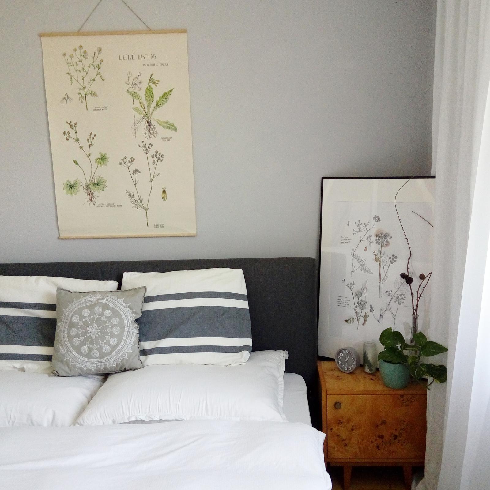 Domov - Spálňa a nami prečalúnená postel. Taká tá kovová postel... dali sme tam osb dosku a to biele rúno a látkou očalunili.