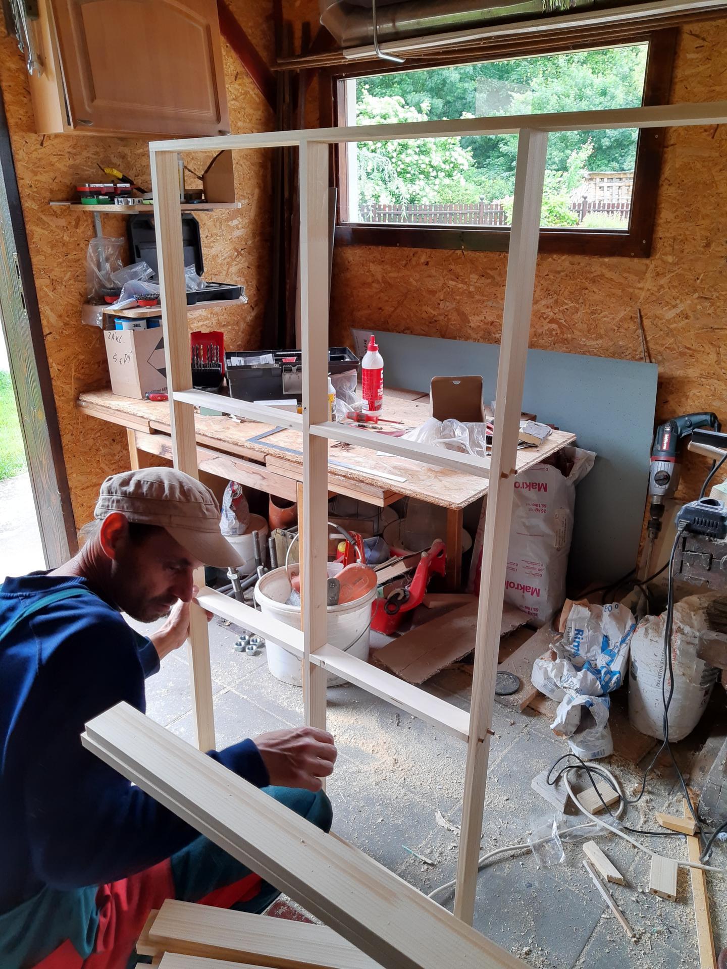 Čoskoro splnený sen...ateliér - Muž začal s výrobou okna ktoré bude tam čo bola garážová brána...