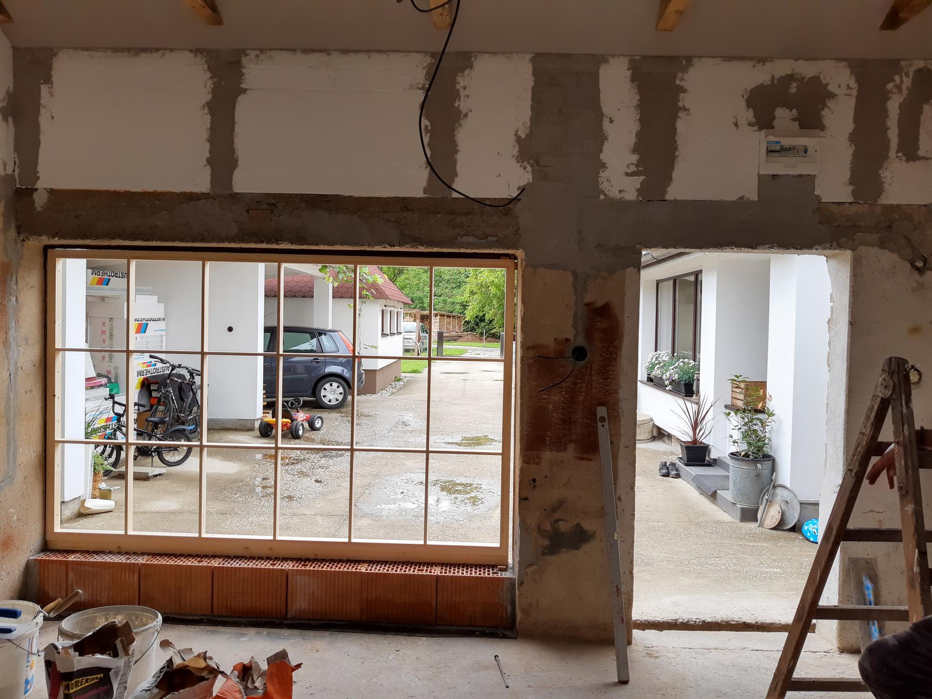 Čoskoro splnený sen...ateliér - Pohľad z vnútra...okno aj dvere budú čierne.