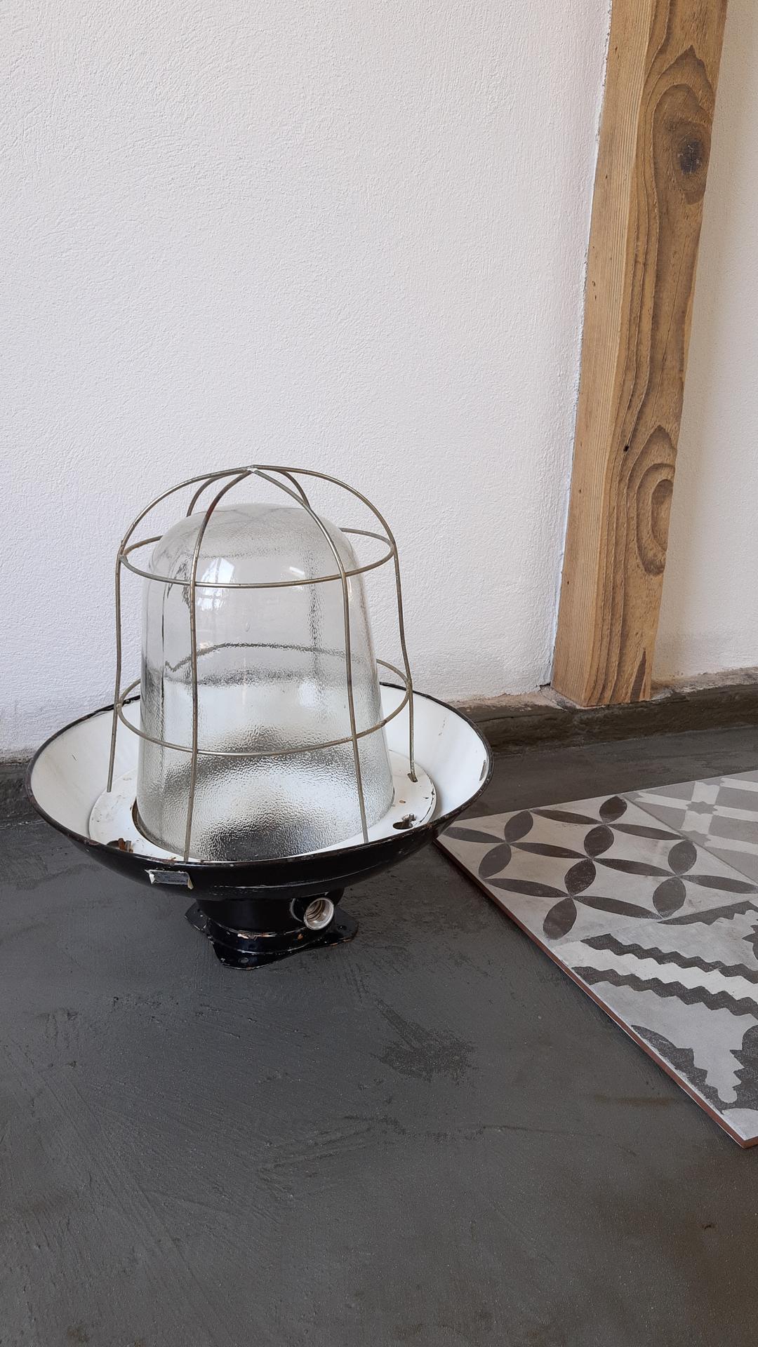 Čoskoro splnený sen...ateliér - Lampa zachránená od kontajnera..pôjde na strop.
