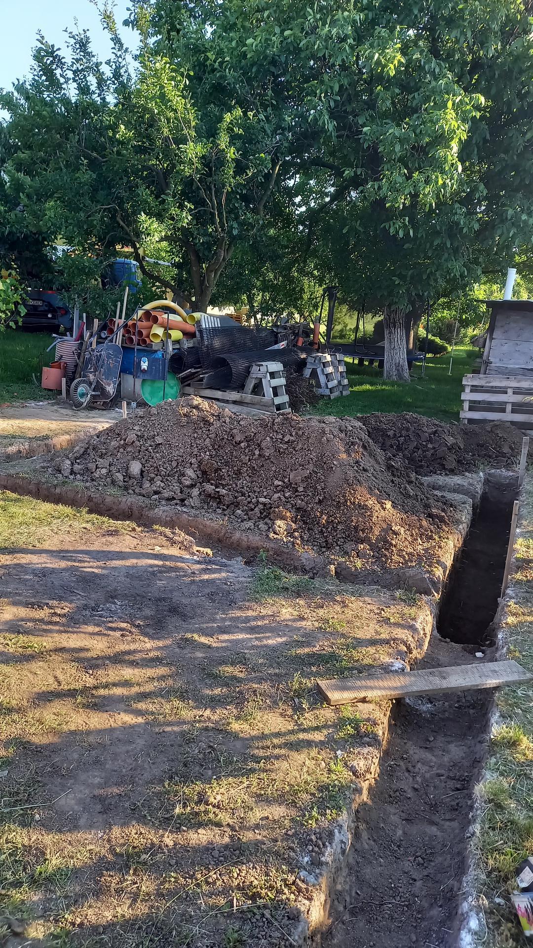 Zahrada - Dalsia etapa..2.cast zahrady so zahradnym altanom a domcekom na naradie