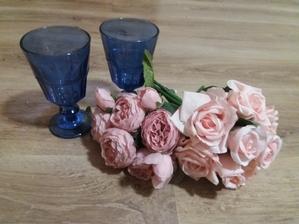 Dorazily květinky z Ali. Modré sklenice z Kiku.