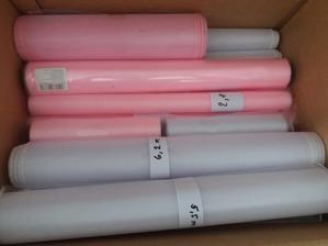 Růžová a bílá organza na výzdobu terasy. Modré máme také plnou krabici..