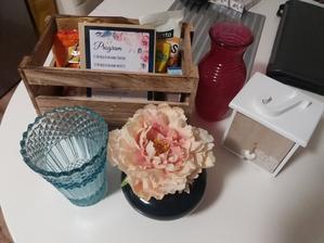 Váza po babičce na kytku nevěsty, šuplíček do sweet baru, bedýnka..