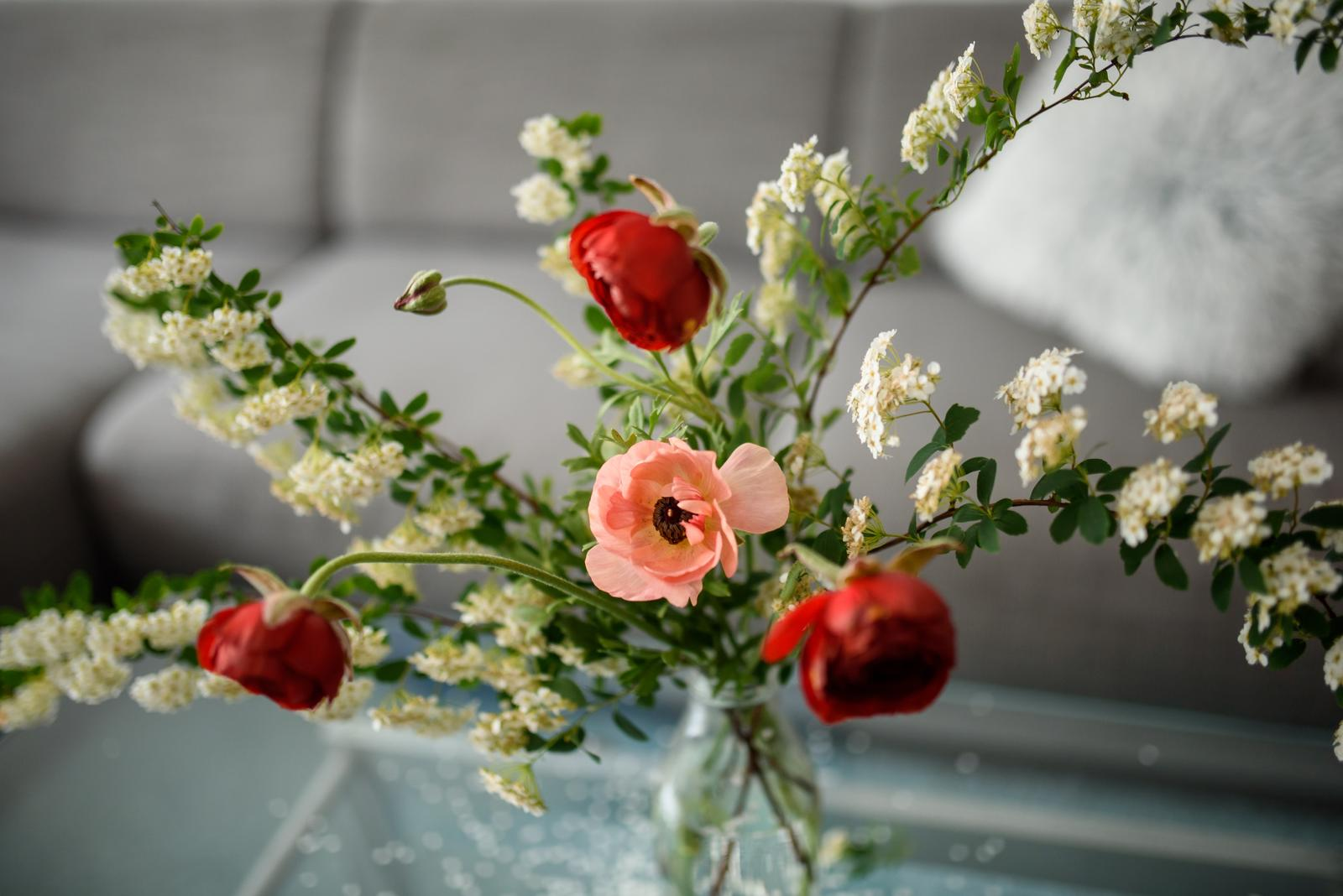 Moje kvetinové aranžmány - Ranunculusy a vetvičky z divého kvitnúceho kríku (tavoľníku). Opadávajúce lupienky dotvárajú romantickú atmosféru aranžmánu
