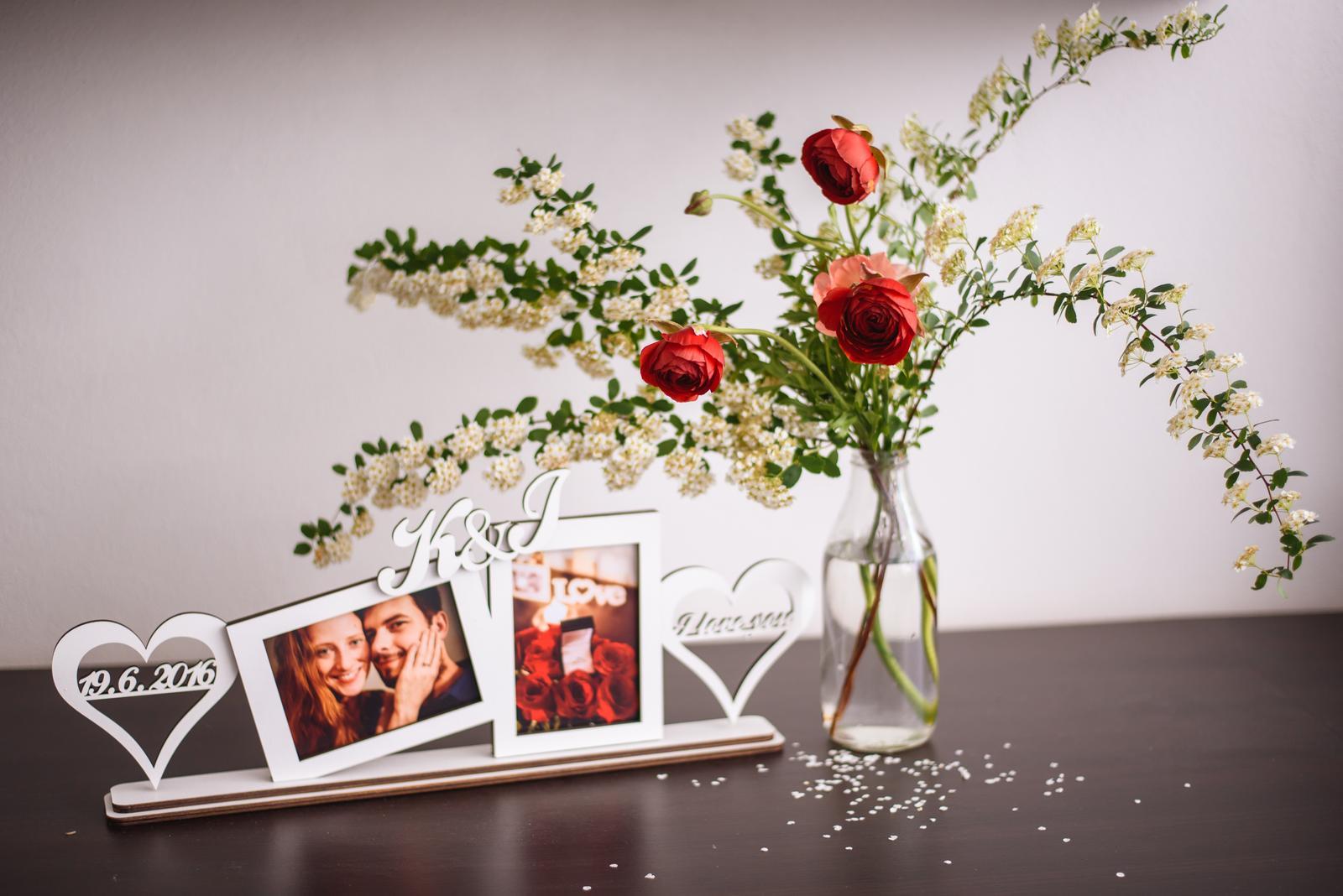Moje kvetinové aranžmány - Dátum našich zásnub :-) Rámik od aicul.sk, ktorý som dostala na Vianoce od snúbenca.