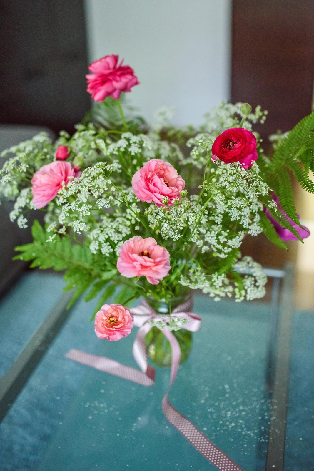 Moje kvetinové aranžmány - Ružových ranunculusov nikdy nie je dosť! :-) v tejto kytici sú kombinované s divou mrkvou a papraďou