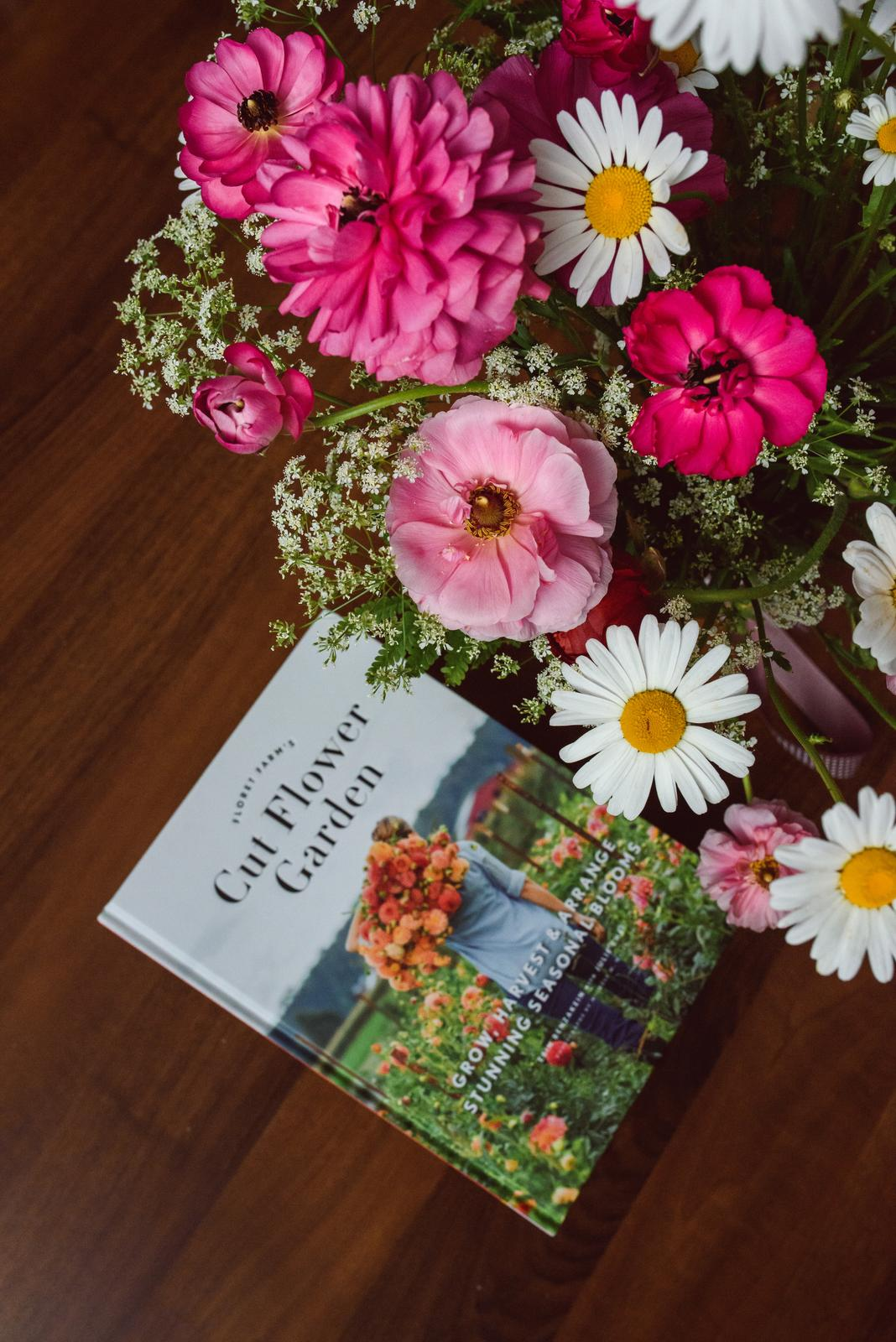 Vo víre kvetov... - Knižka od Erin je už v mojich rukách. Je to príjemné čítanie - nie veľmi pretechnizované - skôr motivačné a inšpiračné :-)