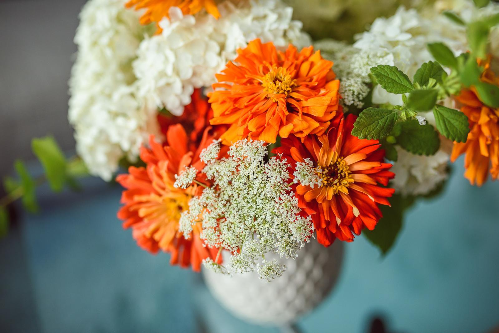 Moje kvetinové aranžmány - Hortenzie, kaktusové cínie, medovka, divá mrkva a brečtan