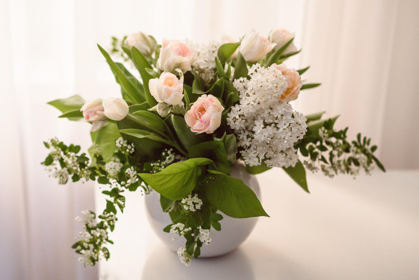 Moje kvetinové aranžmány - Plnokvete tulipany, orgovan a tavolnik