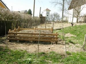 Foceno ze stejného úhlu před 6 roky, tehdy manžel postavil kompost, vysadil keříky..