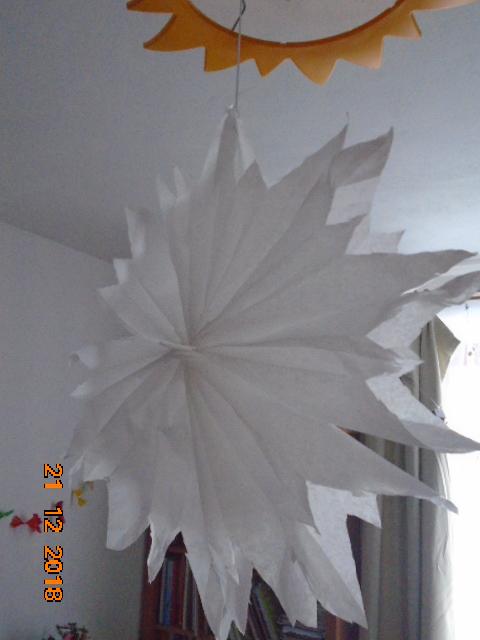 Troška adventního štěstí - synova vločka ze školy - vytvořena z papírových sáčků