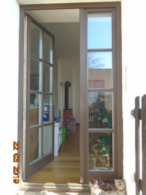 https://www.mall.cz/markyzy/rojaplast-markyza-395x25m-p4514-bordo  Máte někdo zkušenost?  Chtěla bych dát před balkonové dveře, je to krásné místo, mým snem je dát si tam kávičku, ale odpoledne se tam nedá vydržet, balkonovky, které tam dávám to sluníčko taky moc nezvládají. Je to orientované na západ, takže tam začne pražit slunko po poledni a přestane až dlouho večer...Tak bych to ráda nějak vyřešila, ale nevím, jestli je to dobré řešení, jestli jsou tyhle typy markýz kvalitní.  Druhá fotka je pro představu, kam by se markýza musela nainstalovat - je to tam takové asymetrické, původní majitelé k domku přidělali předsíň - to je ta delší část střechy velvo.   Můj druhý dotaz a další dvě fotky. Máme tyto dveře, jaká síť proti hmyzu by se tam dala instalovat? Bydlíme na vsi, máme králíky, slepice, kachny, ovce,takže hmyzu jsou tu desítky...Myslím tím, že do bytu jich zalétávají desítky, to se nedá!...  Díky moc dopředu za Vaše rady a nápady!!! - Obrázek č. 3