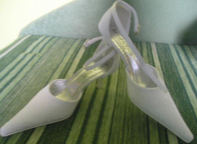 Zachvíľu to začne:) - Moje krásne topánočky, nechcela som špicaté, ale na nohe mi krásne vynikli a su veľmi pohodlné, na moje prakvapenie