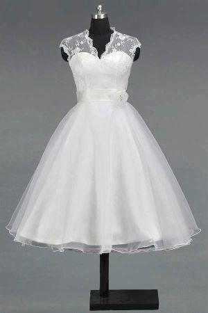88873f4adc53 ... která by ušila šaty (fotku zasílám níže) do 5000 Kč  Vím