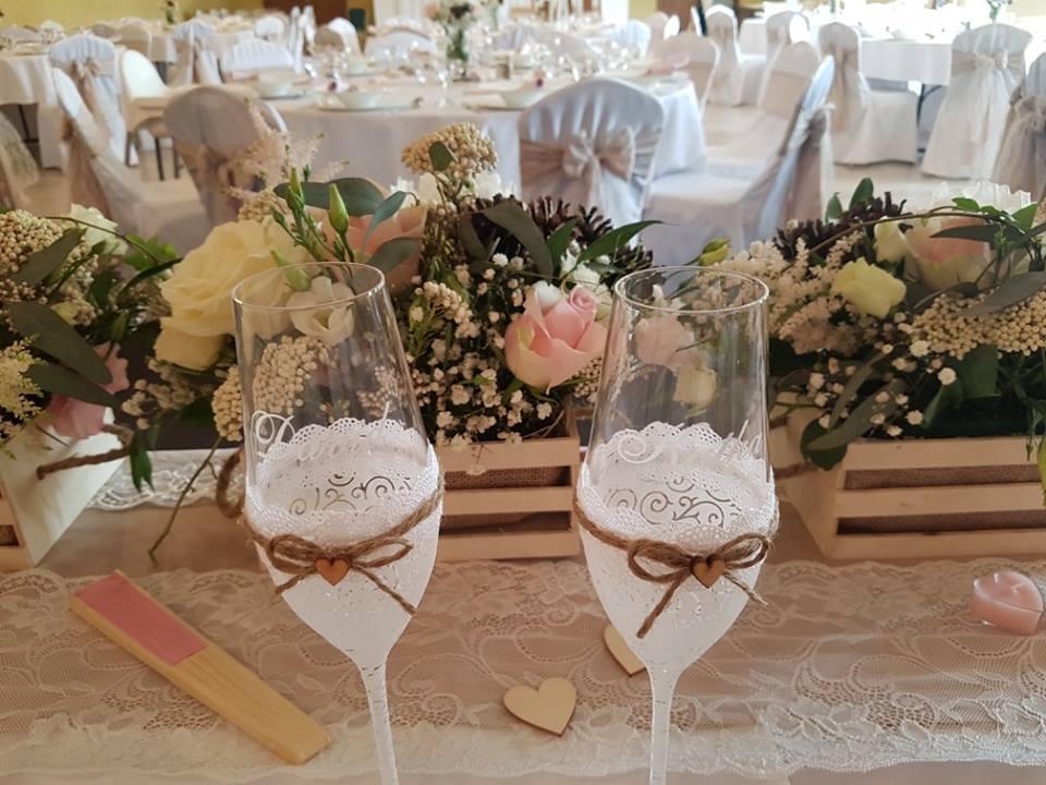 Katka{{_AND_}}Dávid - Hlavný stôl so svadobnými pohármi
