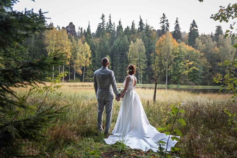 Luxusní svatební saténové šaty s vlečkou - Obrázek č. 1