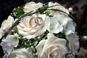 svadobná kytička s prstienkami