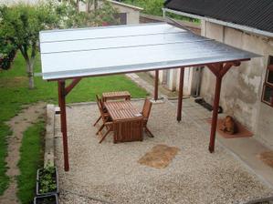 Konečně pod střechou...dlažba časem...a prší, tak zbytky třeba zítra :-)