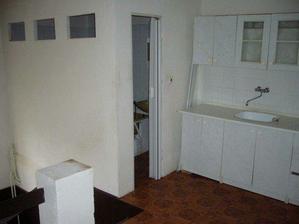 takto vypadala puvodni chodba v hornim patre. Jakasi hruzna koupelna a kuchyn na chodbe! :-((((