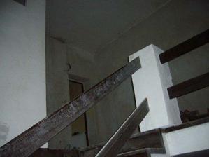 puvodni horni patro jeste bez dostavene koupelny...ale uz s vybouranymi dvermi do nove kuchyne...