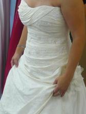 La Sposa Mireia detail, hezky resene pres prsa