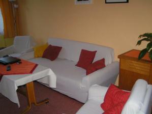 ale moc se nám tehdy nelíbil, takže jsme přemalovali obývák na žluto-oranžovou