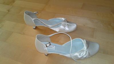a topánky k svadobným šatám - také isté ako popolnočné, len iná farba :) a podpätok len 3 cm, to je hlavné :)