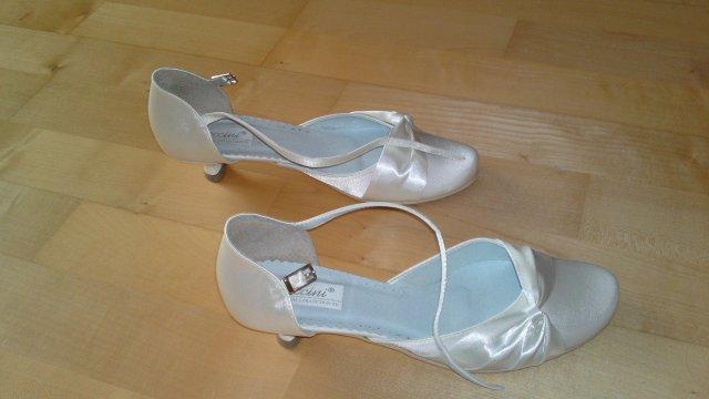 Predsvadobné prípravy - Pavel & Jana - a topánky k svadobným šatám - také isté ako popolnočné, len iná farba :) a podpätok len 3 cm, to je hlavné :)