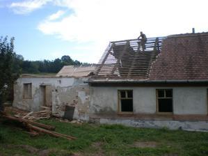 Začal som rozoberať strechu - uuplne sám....nikto nepomohol. Tej bobrovky bolo nenormálne množstvo...