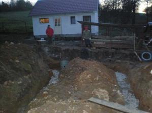 deň pred betonovanim som sa rozhodol že zalejem zaklady aj s platnou naraz, blaaazon, tak som zavolal rodinu a kopali sme mokru ťažjú ilovitu zem....hrozné niečo