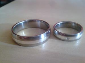 už máme doma prstýnky- na denním světle ..šíře 7 a 5mm