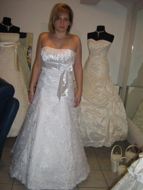 Veronika a Peťko - Prvé šaty, ktoré som skúšala :o)) Mne sa veľmi páčili....