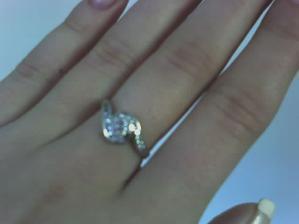 moj krasny snubny prsten, dostala som ho na narodky 27.11.2007 (fotene mobilom)