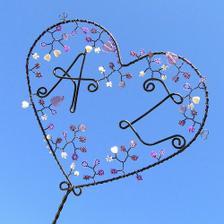 zbožňuji ručně dělané věci, malé srdce s našimi iniciály, zapíchneme ho někam do květináče :-)