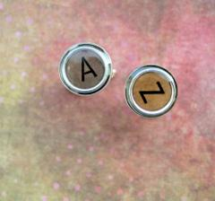 koupila jsem manžetky s našimi iniciály, ručně dělané, trochu oldschool styl